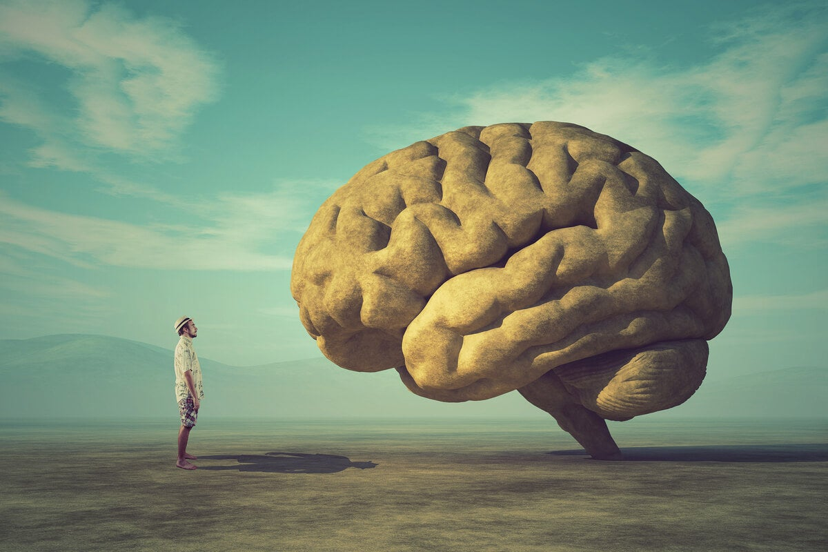 Hombre frente a un cerebro