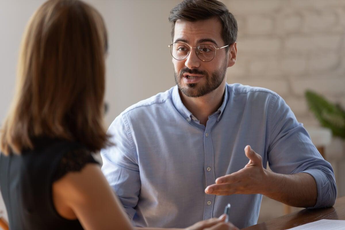 Personas que se justifican en exceso: ¿por qué lo hacen?