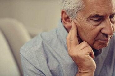 Pérdida de audición y depresión en adultos mayores, una relación muy común