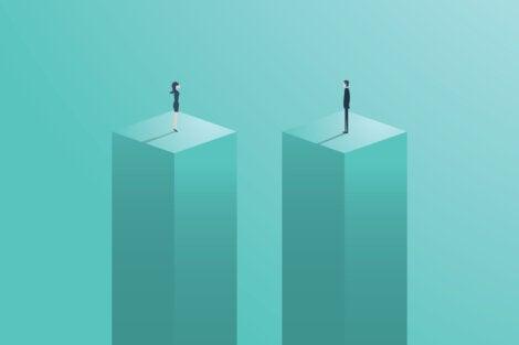 Hombre y mujer subidos en un bloque al mismo nivel