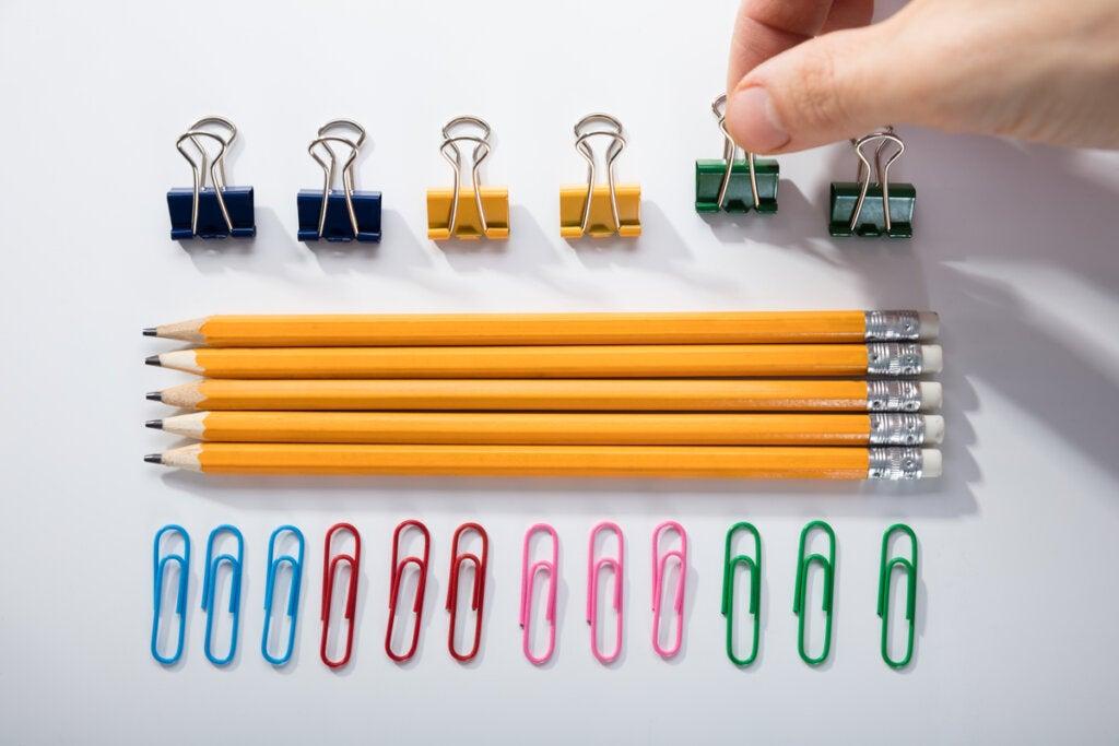 Hombre ordenando lápices