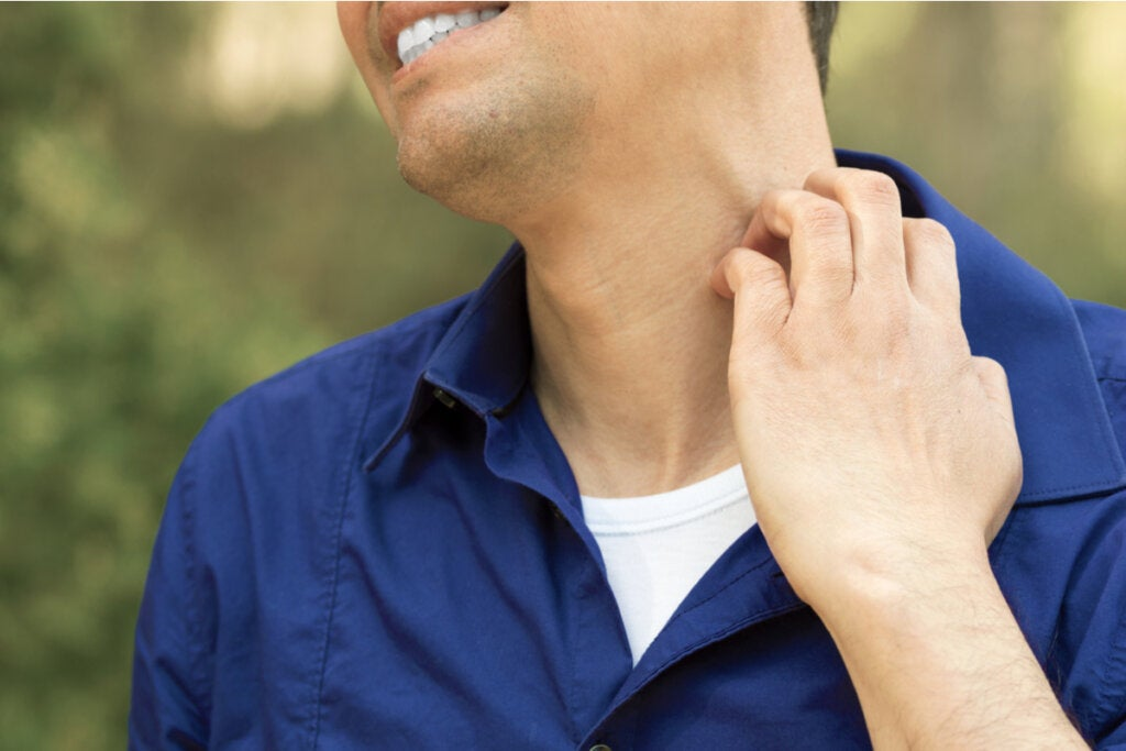 Hombre rascándose el cuello