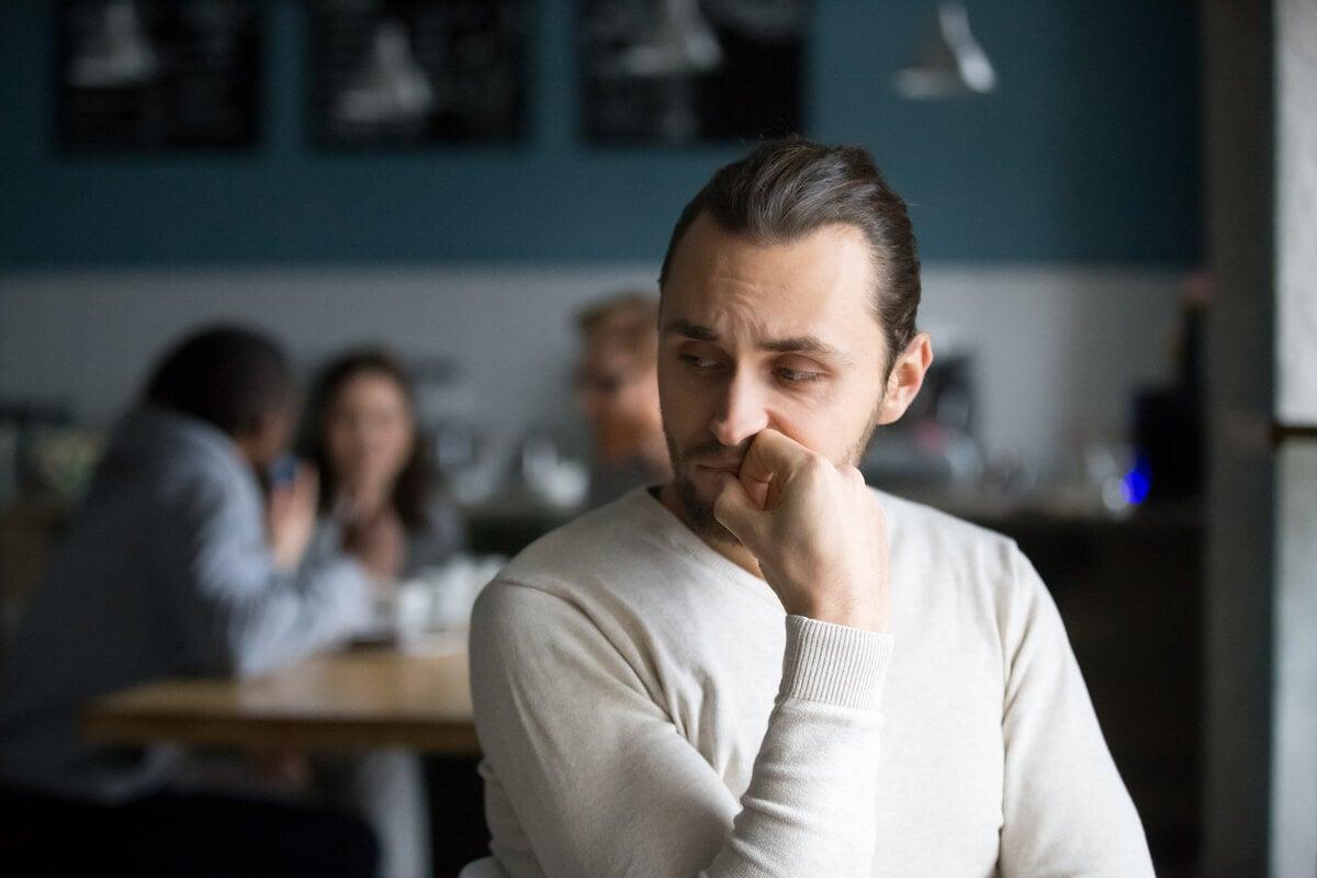 Hombre sintiéndose discriminado por hipersensibilidad a la crítica