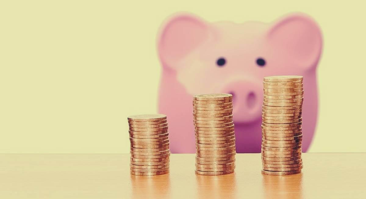 hucha rosa con dinero para representar el abuso económico en la pareja