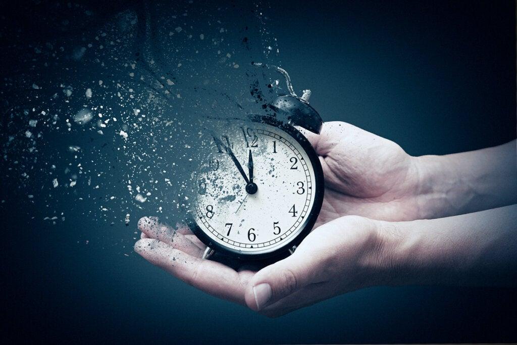 Mano sosteniendo un reloj desvaneciéndose