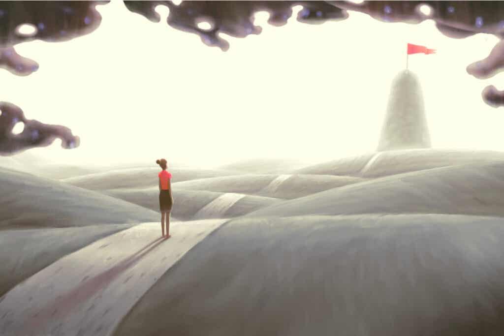 Mujer caminando mirando una montaña pensando en potenciar tu motivación intrínseca