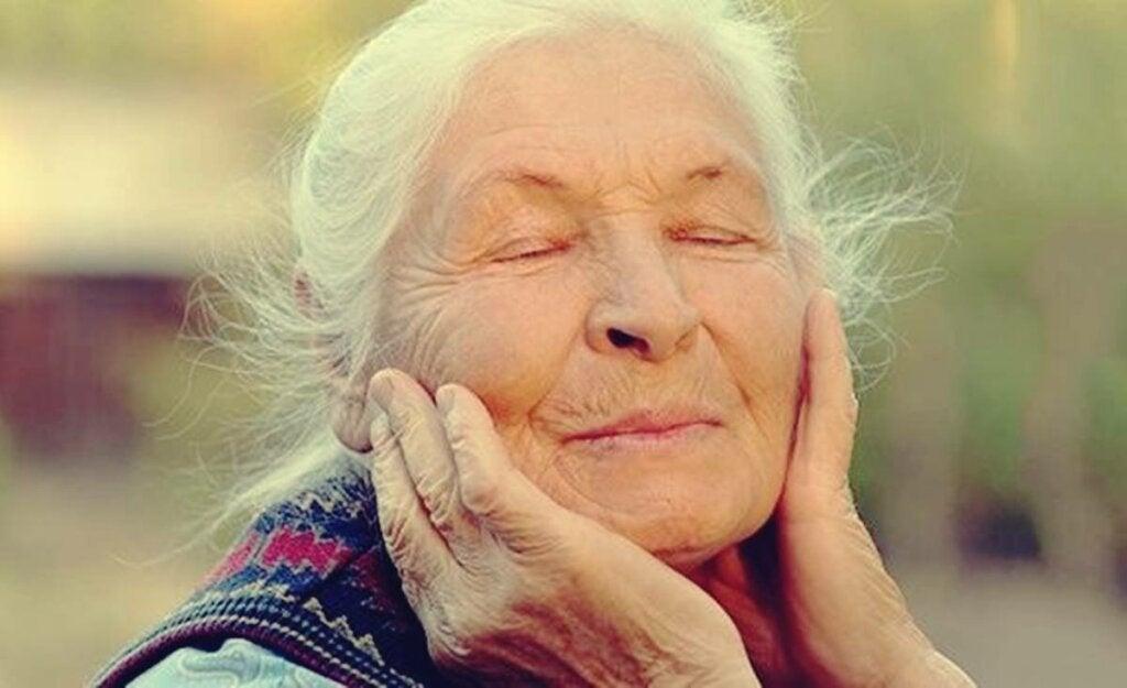mujer representando cómo el procesamiento del dolor cambia con los años