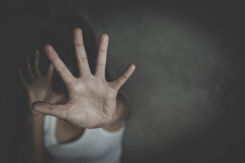 Mujer con miedo por violencia de género