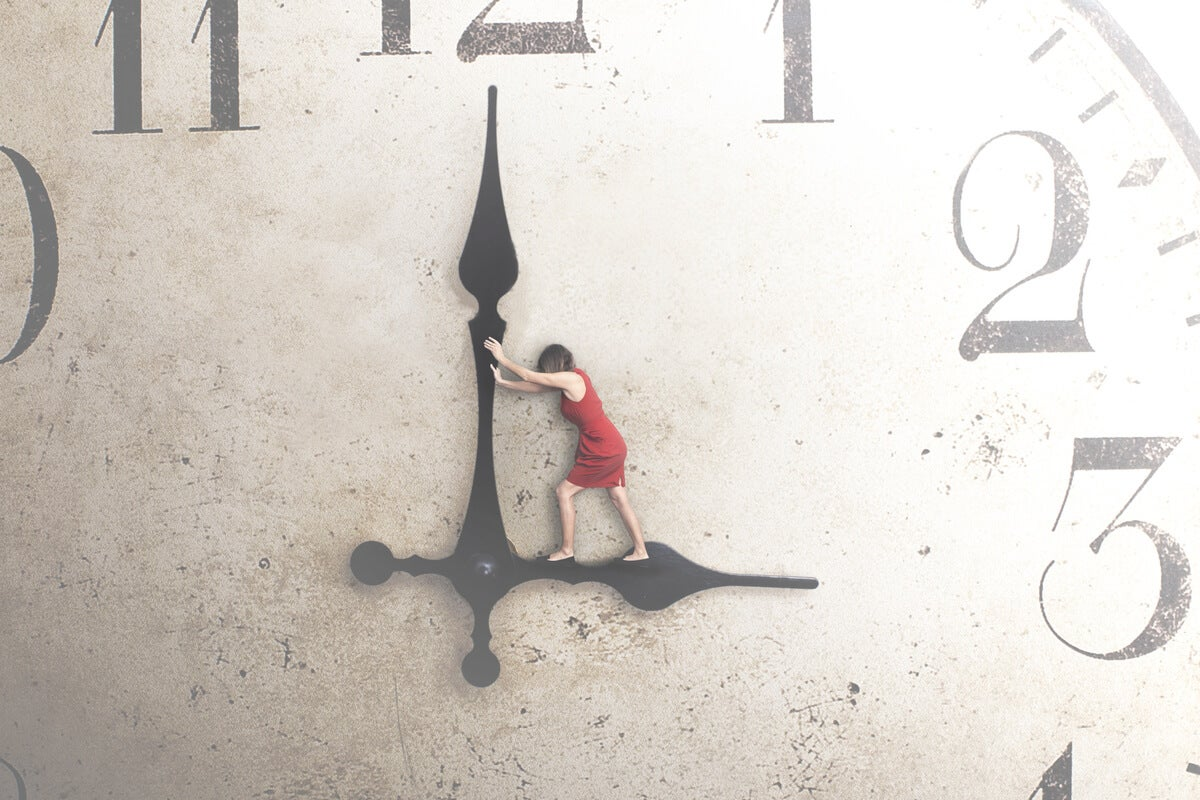 Mujer moviendo agujas de reloj