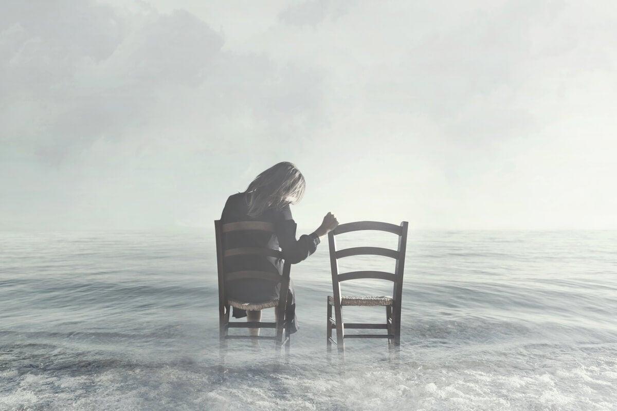 Mujer sentada haciendo un duelo