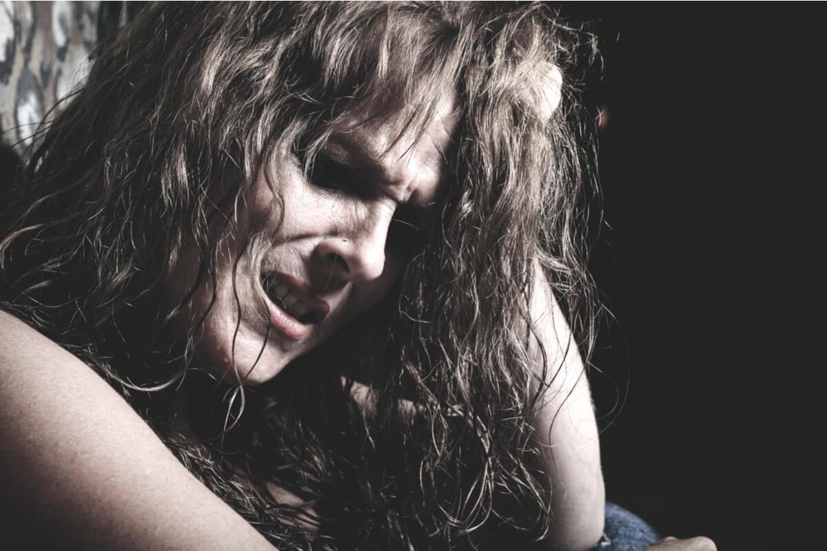 Mujer sufriendo por intoxicación por drogas