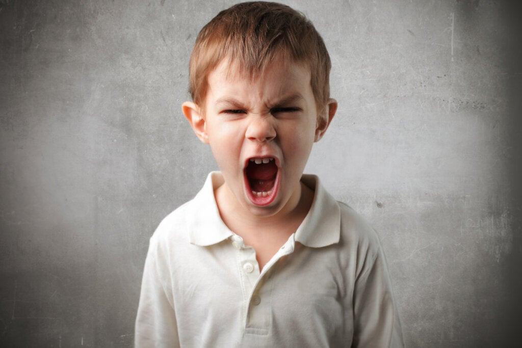 Niño gritando con trastorno de conducta