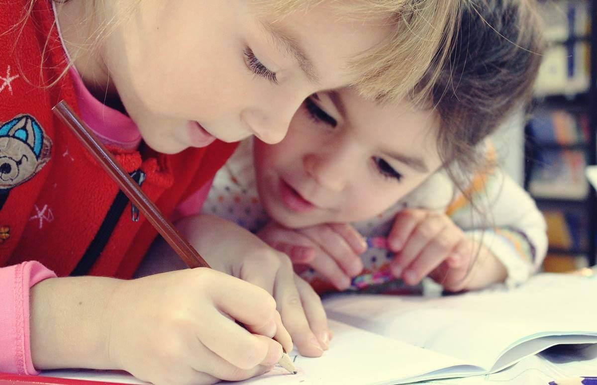 niños trabajando juntos representando las neuronas de las personas inteligentes son más grandes