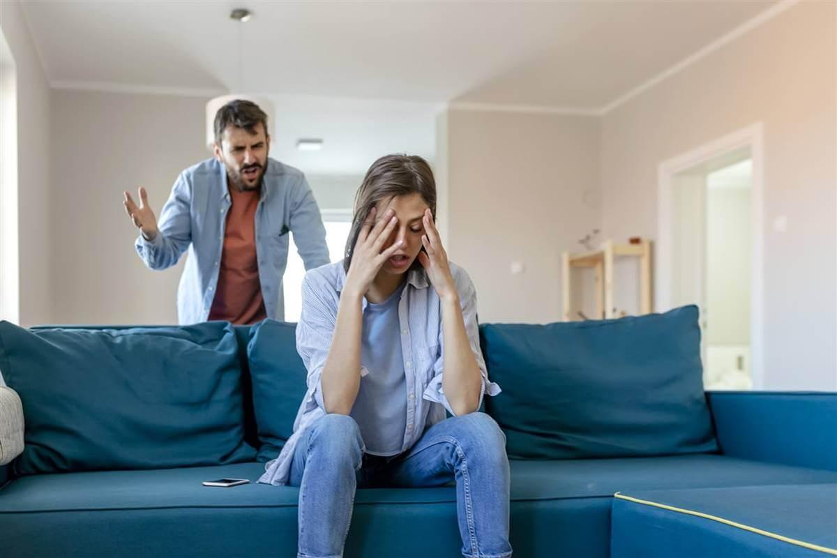 pareja que necesita saber cómo resolver los conflictos de pareja de forma eficaz según la psicología
