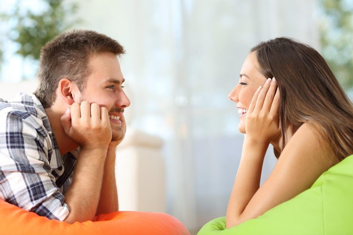 pareja mirándose par representar las claves para saber si pareja se preocupa por mí