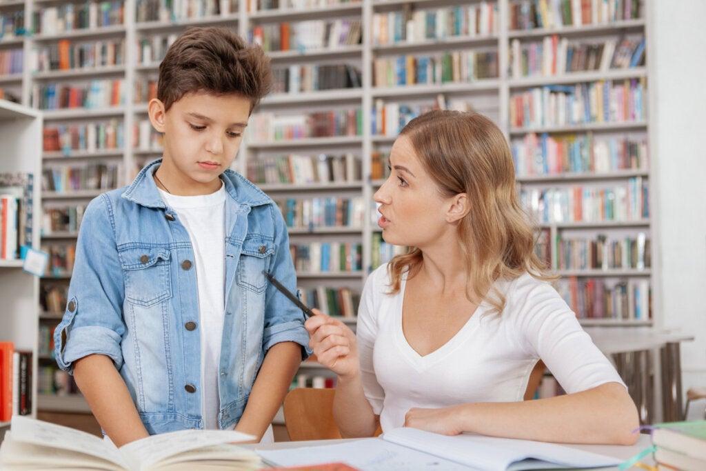 Profesora hablando con un alumno