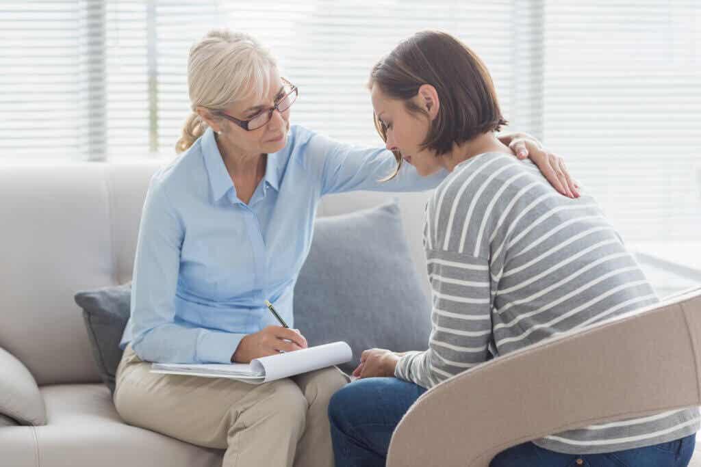 Psicólogo fazendo terapia com uma mulher