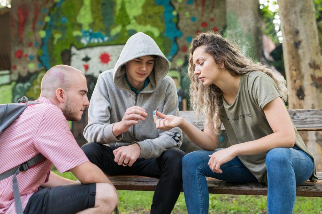 Adolescentes fumando en un parque