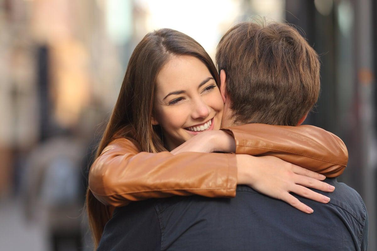 Amigos abrazándose liberando endocannabinoides