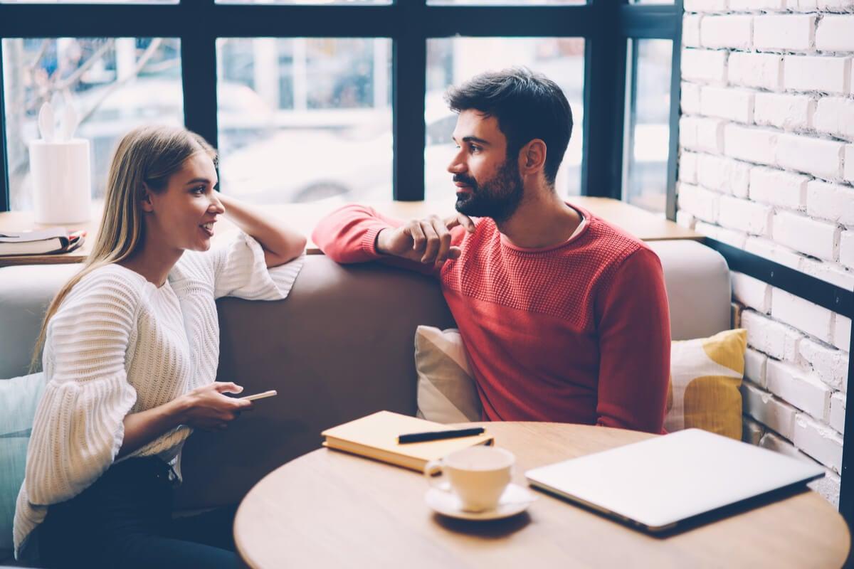 Amigos hablando sobre las diferencias entre convencer y persuadir