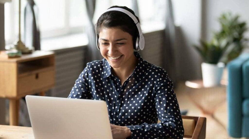 chica en ordenador viendo las mejores webs para ver series online