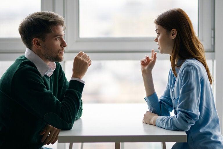 Cómo lograr que alguien cambie de opinión, según la neurocientífica Tali Sharot