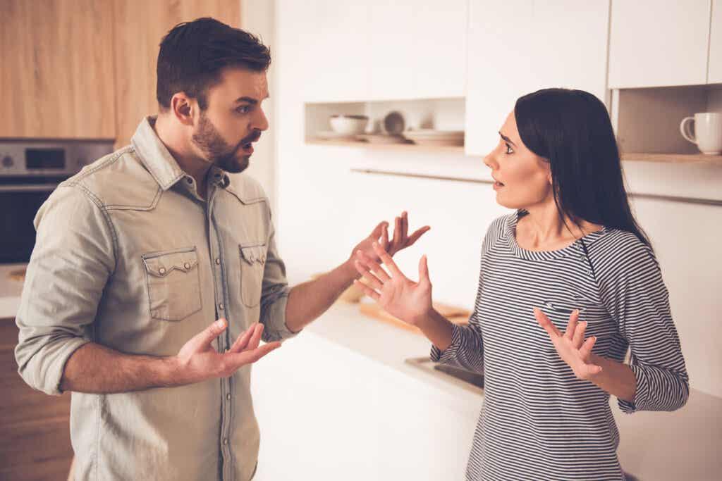 Hombre discutiendo con su mujer