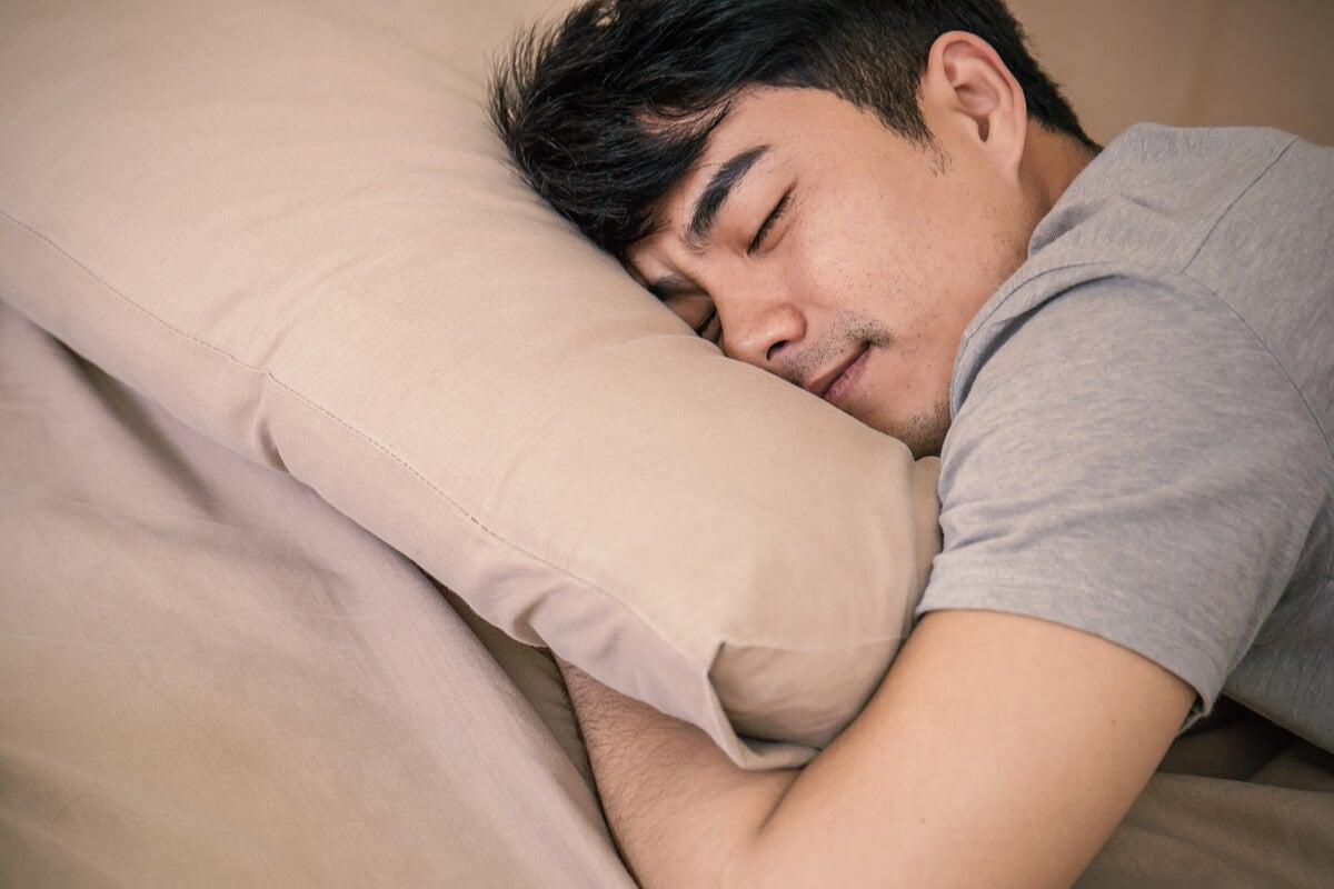 Hombre durmiendo siesta representando los cuatro tipos de cronotipos