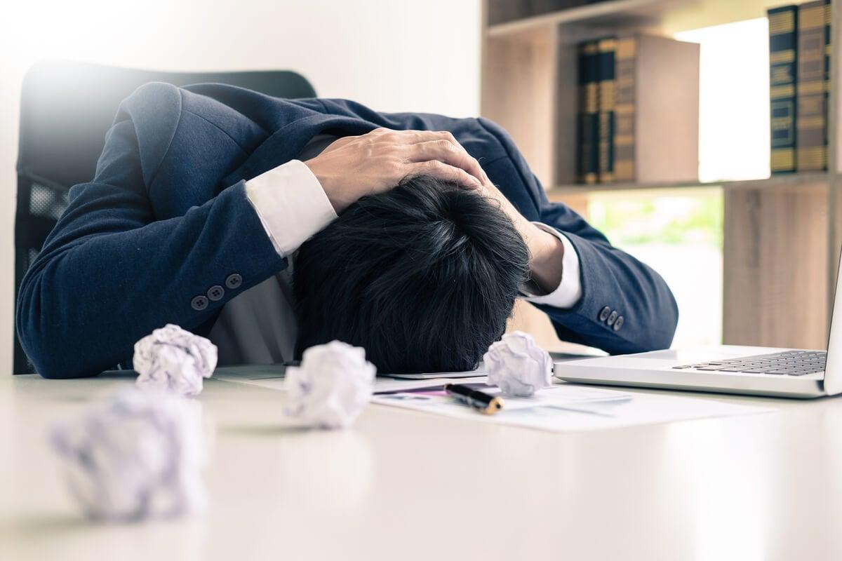 Hombre estresado con miedo al trabajo