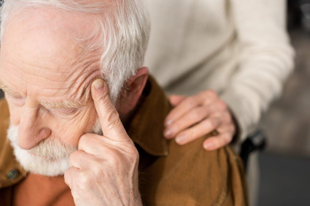 Hombre cabizbajo representado la discriminación a personas mayores