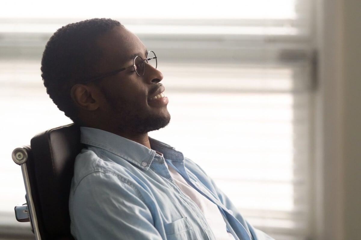 Hombre relajándose en el trabajo para superar la ergofobia