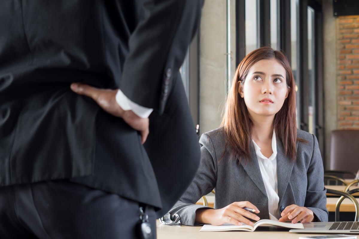 Jefe intimidando a una empleada
