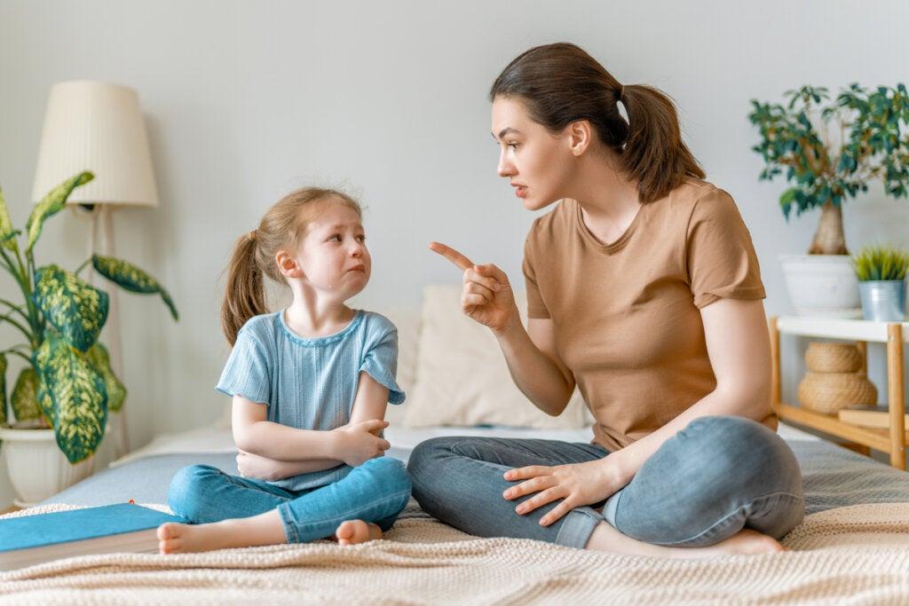 Madre enfadada con su hija