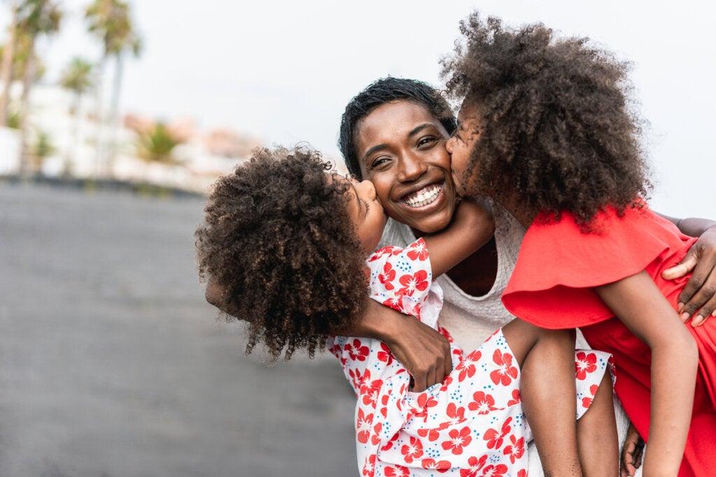 Madre con hijas gemelas