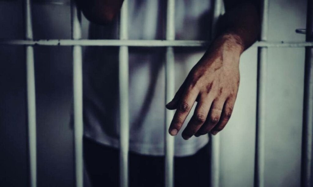 hombre en la cárcel sufriendo sindrome de ganser
