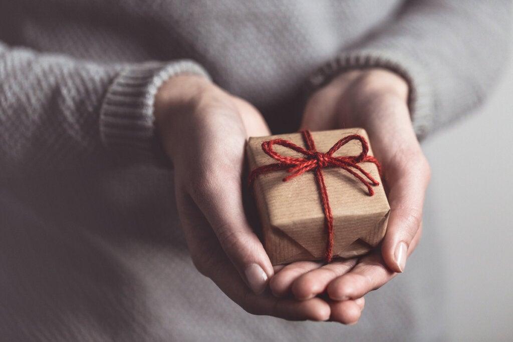 Manos con un regalo