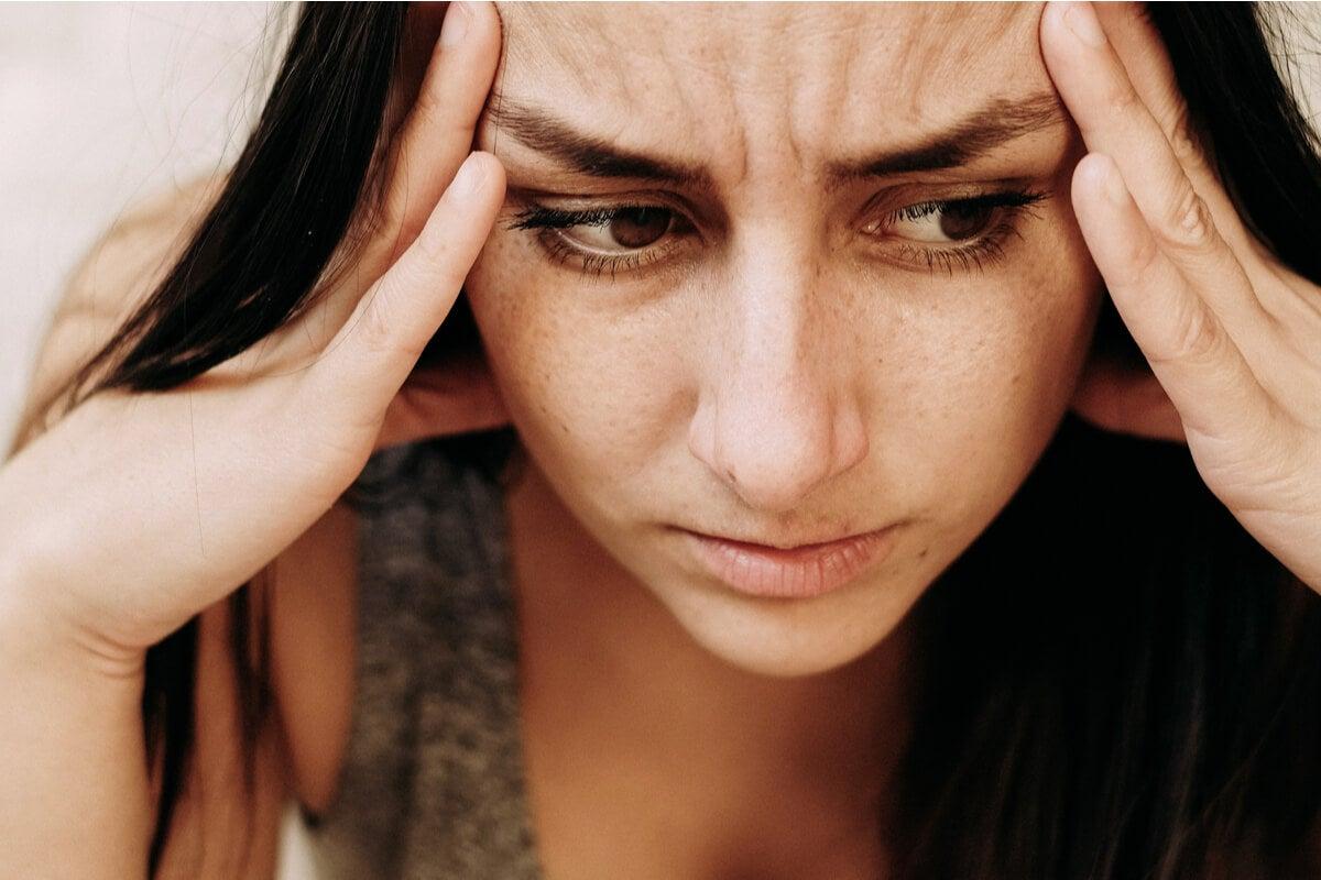 Mujer agobiado con pensamientos controladores