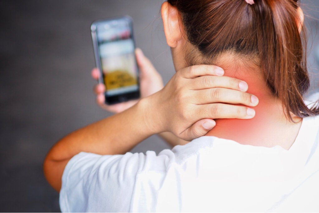 Tech-neck: ¿por qué se produce y cómo puedes evitarlo?