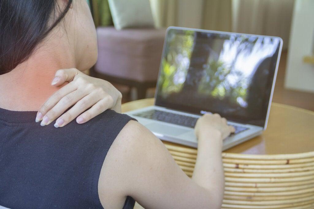 Mujer con dolor en el cuello por la postura con el ordenador