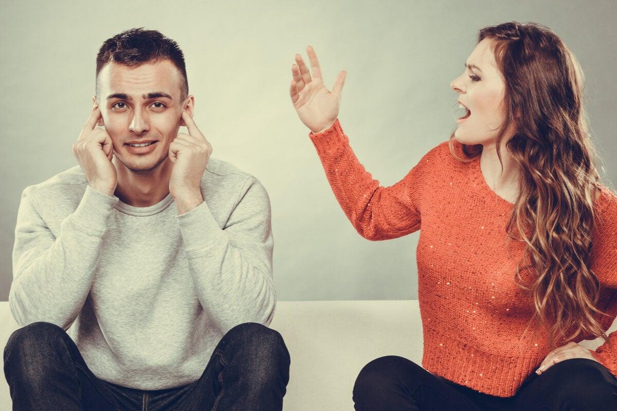 Mujer hablando con pareja que sufre moonwalking
