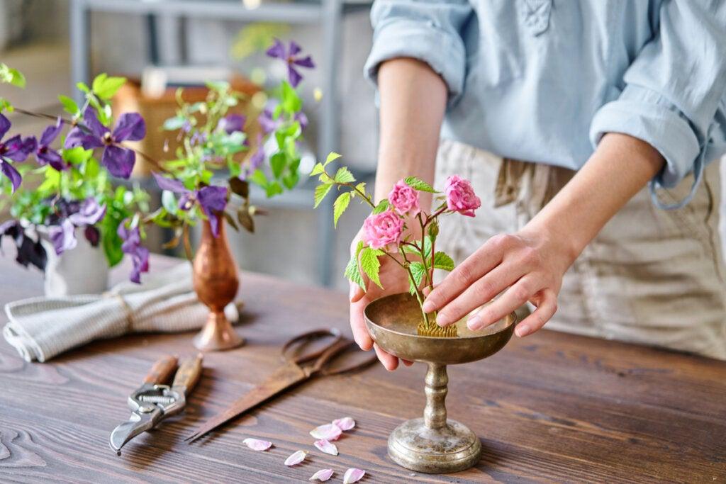 Mujer haciendo un Ikebana