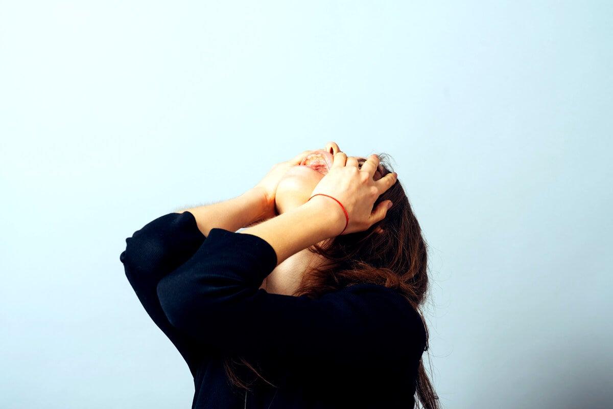 Mujer impulsiva gritando