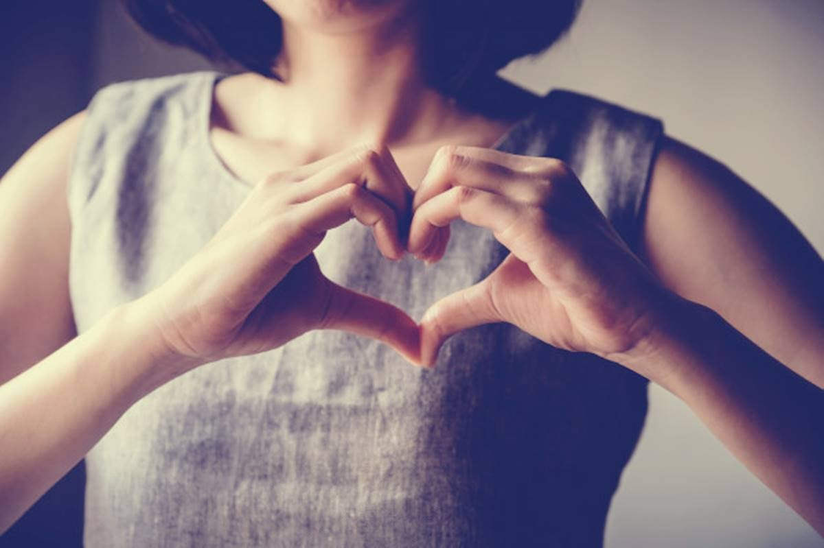mujer haciendo corazón representando con ello la autoempatía