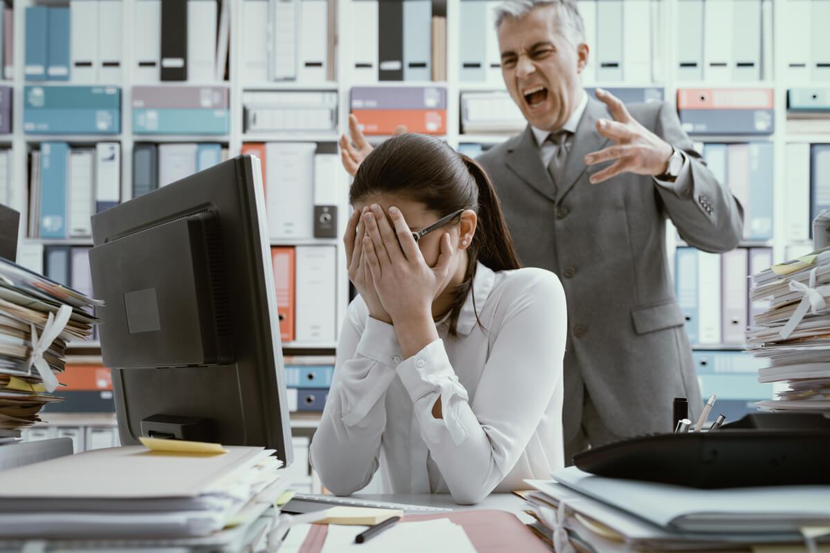 Mujer con miedo de su jefe