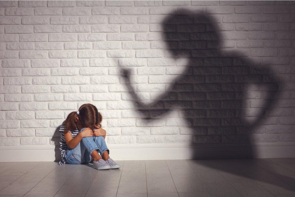 Niña con miedo al castigo
