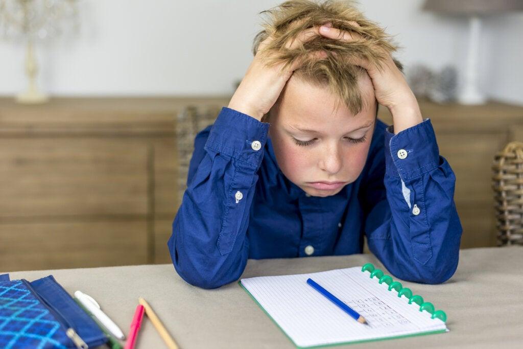 Niño estresado por los deberes