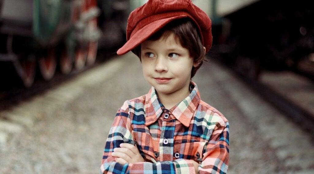 niño con gorro rojo representando el principio de curiosidad