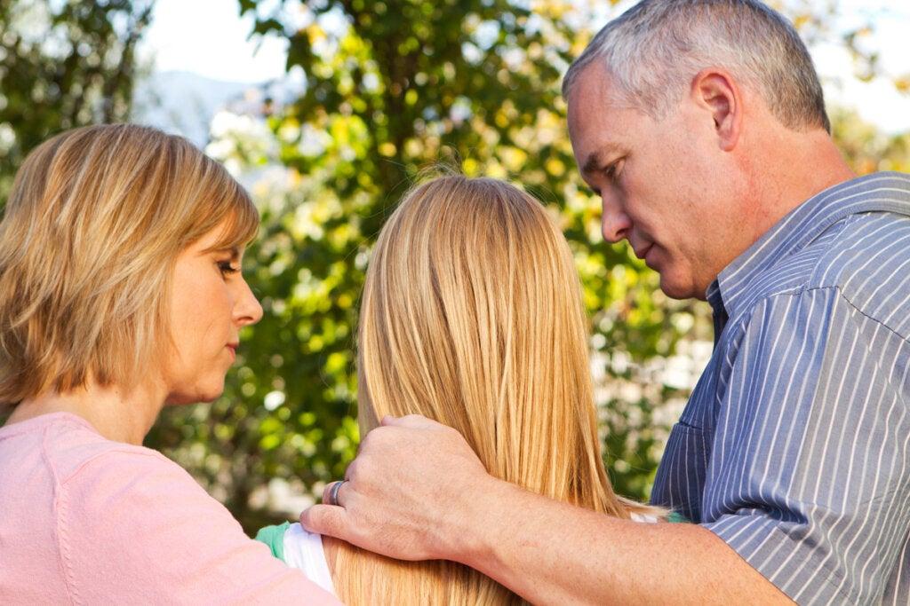 Padres hablando con su hija adolescente