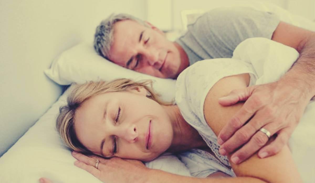matrimonio simbolizando como dormir en pareja mejora la salud cerebral ¡Descúbrelo!
