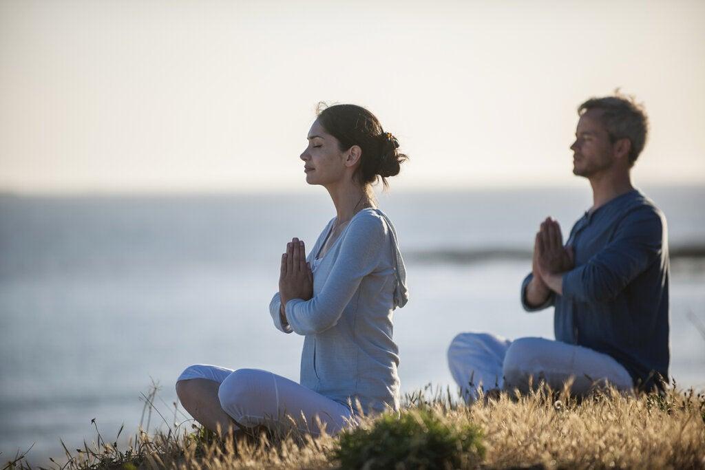 Pareja haciendo mindfulness